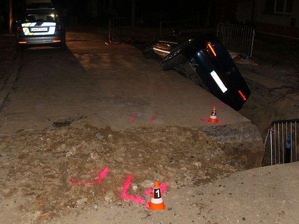 Až na tři roky ve vězení může skončit muž, který se vnoci na čtvrtek ve Vnorovech snažil ujet policejní hlídce. Byl opilý a na autě měl značku zúplně jiného vozu. Pokus oúprk se mu ale nezdařil. Skončil ve vykopané jámě.