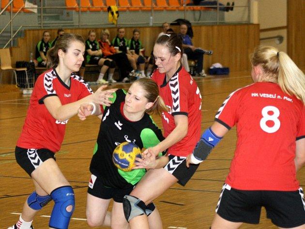 Nejlepší hráčka Hodonína Timea Tóthová (u míče) se proti Veselí nad Moravou blýskla šesti góly. Na výhru domácího celku to ovšem nestačilo.