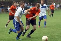 Fotbalisté Žarošic (v oranžovém) přestříleli ve šlágru 25. kola první B třídy Blatnici 6:2.