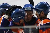 Hodonínští hokejisté se radují. Ve třetím kole doma zdolali Moravské Budějovice 6:4. Vítězný gól vstřelil Jakub Sajdl (na snímku uprostřed).