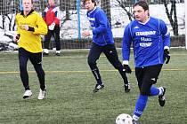 Fotbalisté Moravan (v modrém) remizovali v neděli dopoledne s Hovorany 2:2. Na snímku vyváží míč kapitán Slavoje Petr Zbořil, který se mezi střelce v pátém kole nezapsal. Gól nedal ani Petr Vlachovský (uprostřed).