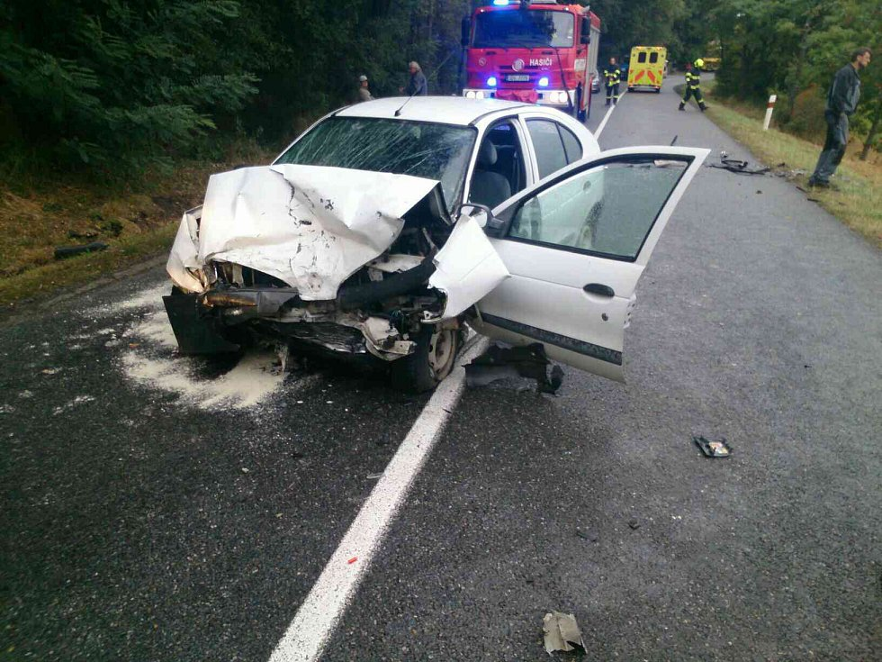 Vážná dopravní nehoda se stala na silnici mezi Polešovicemi a Moravským Pískem. Mladá řidička v renaultu narazila do protijedoucího nissanu, za jehož volantem seděl sedmdesátiletý muž. Ten se při kolizi vážně zranil.