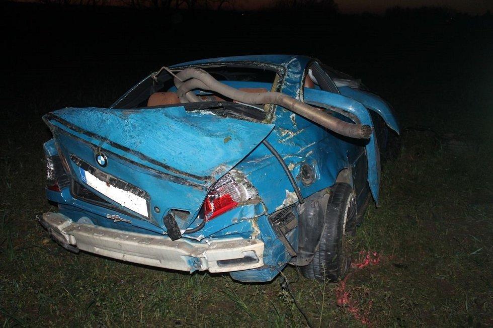 Při rychlé jízdě dostal smyk a naboural. Zničil si auto