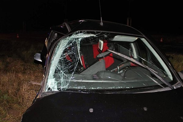 Řidič dostal smyk a naboural do protijedoucího auta.