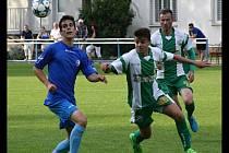 Fotbalisté Bzence (zelenobílé dresy) mají před sebou ještě dva zápasy v krajském přeboru.