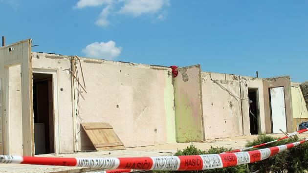 Z domu obyvatelky hodonínské osady Pánov Jarmily Petrikové zůstaly po řádění tornáda pouze obvodové zdi.