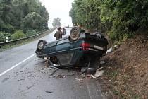 Auto obrácené na střechu zablokovalo jízdní pruh kousek za Strážovicemi. Osmnáctiletý řidič v pondělí v podvečer nezvládl řízení a havaroval.