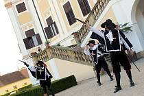 Noční prohlídky zámku v Miloticích doplnili herci z divadelní skupiny Exulis. Představili adaptaci slavného románu Tři mušketýři.