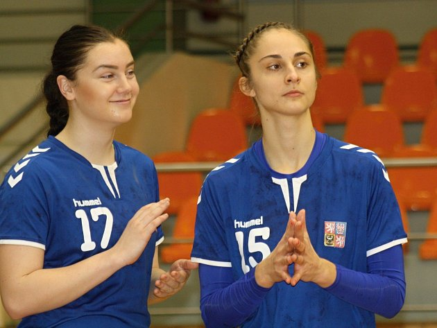 Veselská brankářka Jana Vašulková (číslo 1) a spojka Jana Šustková (číslo 15) společně s hodonínskou házenkářkou Nikolou Kalinovou (číslo 20) oblékly dres juniorské reprezentace.