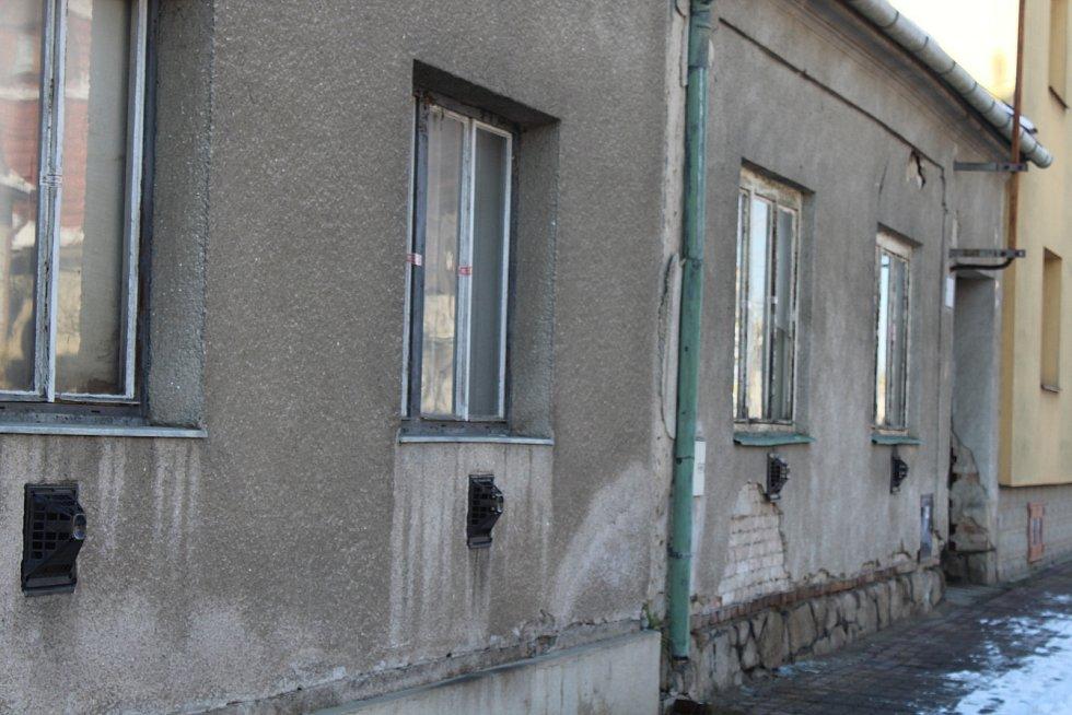 Dvojice zapečetěných domů, v nichž policisté v dubnu 2019 objevili velkou varnu na pervitin.