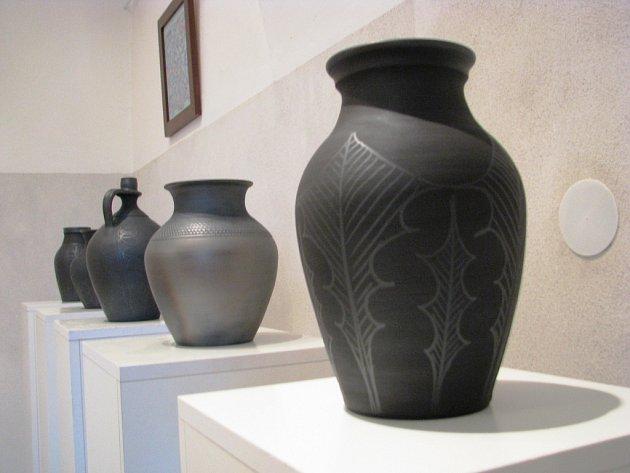 Ivo Nimrichter představuje ve Vrbasově muzeu ve Ždánicích zakuřovanou keramiku.