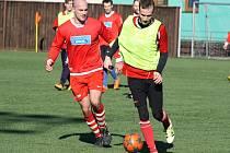 Milotičtí fotbalisté prohráli na zimním turnaji v Dubňanech s domácím Baníkem i Rohatcem. Nejlepším střelcem se stal Ondřej Zýbal z Osvětiman (ve žlutém).