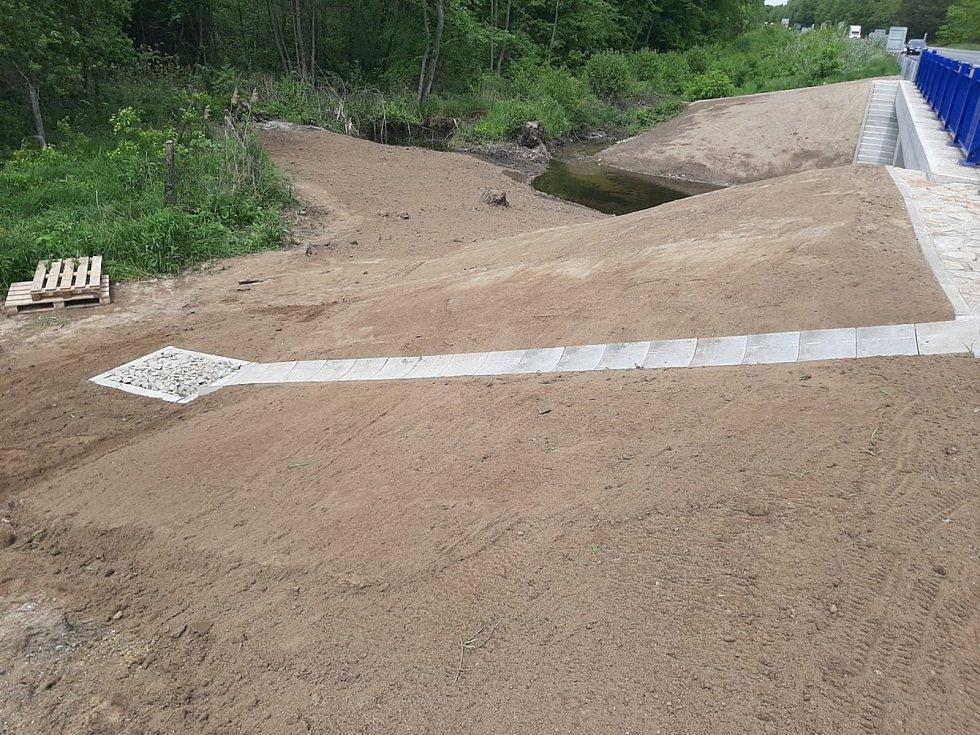 Už loni silničáři opravili most přes potok Studená chodba. Nyní dokončili terénní úpravy.