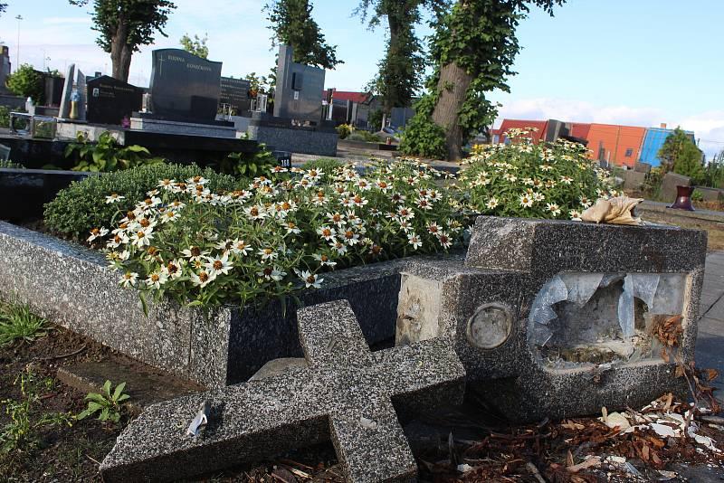 Hřbitov v Mikulčicích tři měsíce po ničivém tornádu.
