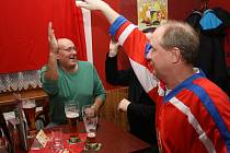 Fanoušci drželi hokejistům pěsti i v Arsenal Café v Hodoníně.