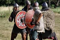 Ukázku historické bitvy předvedli na Slovanském hradišti v Mikulčicích členové několika spolků z České i Slovenské republiky nebo Polska.