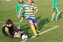 Útočník Ratíškovic Michal Voříšek se snaží dostat k míči.