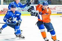 Hodonínští hokejisté schytali ve 40. kole druhé ligy nepříjemný výprask. Porážce 2:9 nezabránil ani kanonýr Petr Jurča (v oranžovém dresu).