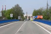 Současný most a za ním Hodonín, tentokrát na jaře.