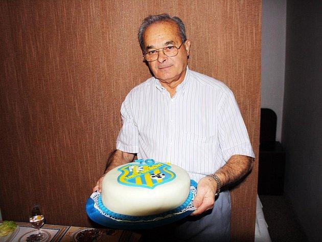 Bývalý hráč, trenér a funkcionář Ratíškovic František Blaha oslavil sedmdesáté naroziny. Od přátel dostal i dort se znakem Baníku.