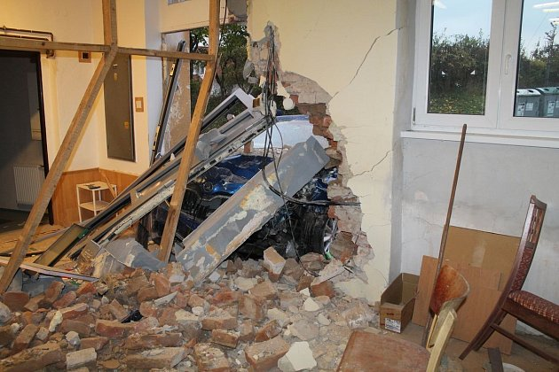 Škodu za téměř půl milionu korun napáchal ovíkendu dvaadvacetiletý řidič modré Škody Octavia. VŽádovicích naboural do usilnice stojícího domu a poničil jej.
