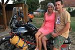 Michal Vaněk s manželkou na motocyklu, na němž vyrazí na cestu kolem světa.