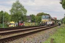 Po srážce vlaku s osobním autem na přejezdu ve Vracově zahynul člověk.