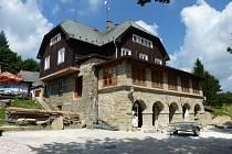 Holubyho chata pod Velkou Javořinou je častým cílem turistů z Hodonínska. Už druhým rokem prochází chata rekonstrukcí.