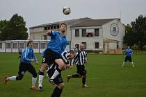 Fotbalisté Dolních Bojanovic (v modrých dresech) doma prohráli v desátém kole okresního přeboru s Mikulčicemi 2:3.