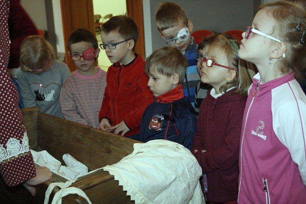 Děti základních škol přišly do sálu Evropa v Hodoníně za poznáním velikonočních tradic.