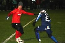 Hodonínští fotbalisté (v červených dresech) prohráli v úvodním zápase zimní přípravy s ligovým Slováckem 0:4. Favorit středeční duel na umělé trávě v Dubňanech rozhodl třemi brankami ve druhém poločase.
