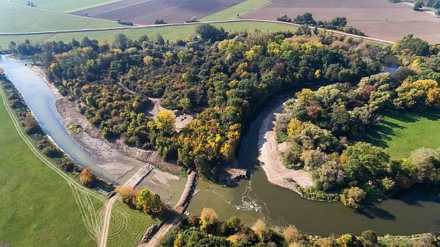 Napojování odstaveného ramene řeky Dyje.