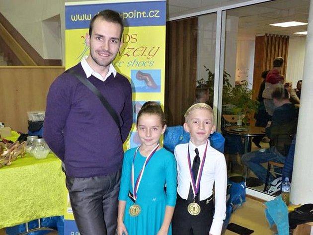 Vítězové Filip Krist s Lucií Klimešovou pózují společně s předsedou oddílu TK Orion Rudolfem Jelínkem.