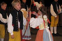 Patnáctý ročník folklorního festivalu Ozvěny Horňácka opět zaplnil veličský stadion. Organizátoři v letošním roce spojili dvě akce.