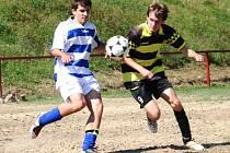 Fotbalisté Čejkovic (v modro-bílém) si v derby s Čejkovicemi zkomplikovali boj o postup do vyší soutěže.