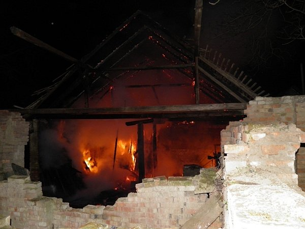 VČejkovicích hořela vnoci stodola. Škoda je padesát tisíc. Hasiči příčinu ještě šetří.