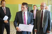 Starosta Lovčic Václav Tvrdý při nedávné návštěvě kyjovské nemocnice spolu s premiérem Bohuslavem Sobotkou.