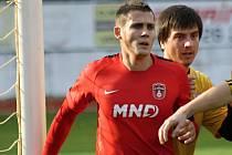 Kapitán Zdeněk Šturma (v červeném dresu) proměněnou penaltou pomohl diviznímu Hodonínu k výhře nad Starou Říší.