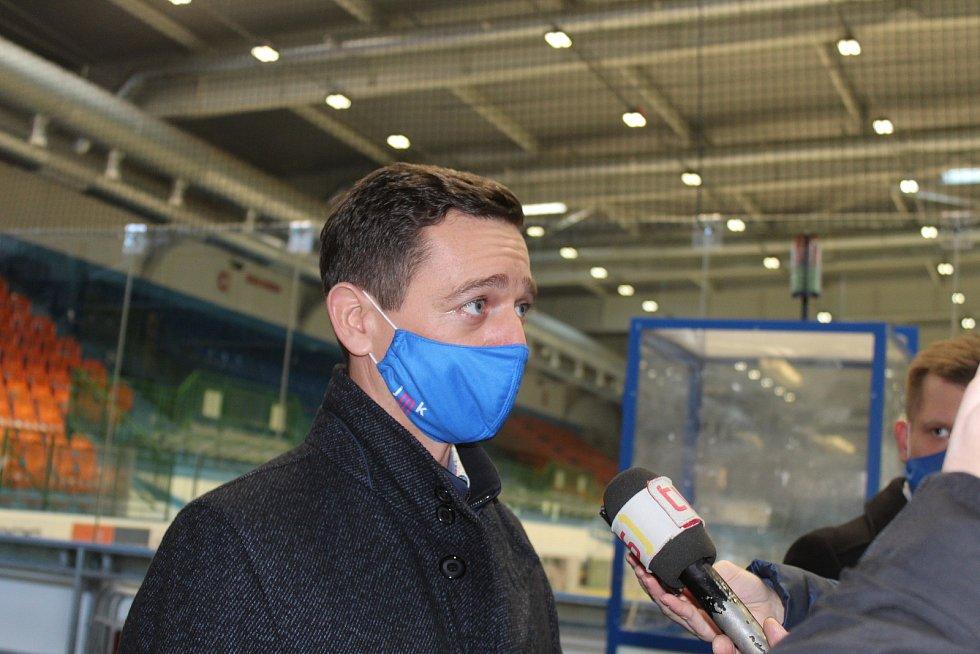 Hejtman Jan Grolich v útrobách hodonínského zimního stadionu.