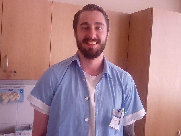 Zdravotní asistent Karel Novotný pracuje na lůžkovém oddělení hodonínské nemocnice.
