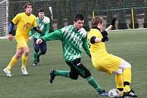 Fotbalisté Mutěnic (ve žlutém) se i letos utkají v rámci zimní přípravy s Krumvířem.