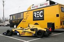 Michalu Novickému upadlo v prvním tréninku na Reynardu 032 F3 levé přední kolo.