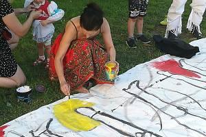 Takto pro Slovácký rok před nedávnem malovala obří plátno třeba výtvarnice Lenka Jurečková.