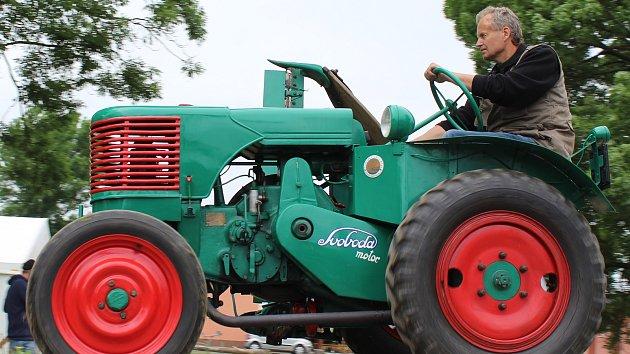 Jako kdysi. Při oslavě osmdesáti let Baťova kanálu táhl traktor loď s nákladem