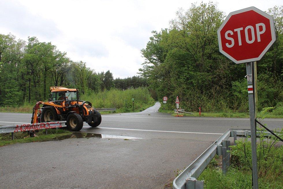 Současné křížení silnice I/55 u Hodonína s cestou k zoologické zahradě.