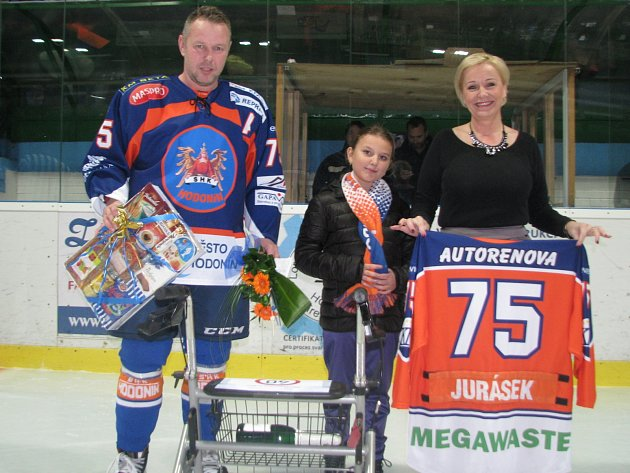 Hodonínskému útočníkovi Zdeňku Juráskovi k významnému životnímu jubileu před sobotním utkáním popřála šéfka Drtičů Jana Gajošová i mladá fanynka.