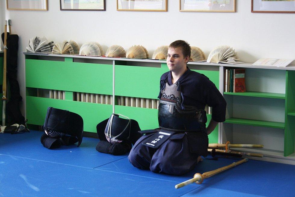 Prostory hodonínské knihovny se proměnily v Japonsko. Na jednotlivých stanovištích si návštěvníci zahráli klasické deskové i počítačové hry. Milovníci země vycházejícího slunce představili také bojová umění – kendó, aikido a judo.
