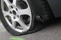 Osobní BMW havarovalo, když najelo na vyvýšený ostrůvek. Navíc řidič spí. Takové oznámení přijali hodonínští policisté v neděli ráno z Brandlovy ulice.
