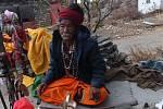 Splnili si svůj sen a vydali se na kolech do Nepálu, dva roky po zemětřesení. Ohromila je nejen krajina, ale i lidé. Zvláště pětadvacetiletý Ajay, který se stará sám o devatenáctičlennou rodinu. O dům přišly při zemětřesení. Po návratu domů se rozhodli po