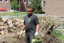 I dobrovolník Martin Onderek ve čtvrtek odpoledne pomáhal v Hodoníně v areálu základní školy postižené ničivým tornádem.